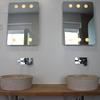 Baño dormitorio principal, lavabo de piedra y encimera de madera maciza y espejos