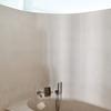 baño muy iluminado