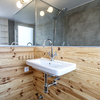 Baño revestido de madera