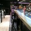 Barra de bar y suelo laminado