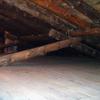 Buhardilla con estructura de cubierta de rollizos de pino de Soria