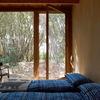 camas en azul y ventana