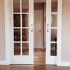 Lacado en blanco de las partes posteriores de las puertas