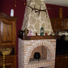 chimenea de ladrillo con detalle de madera y campana imitada a piedra