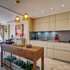 Cocina abierta a comedor y terraza