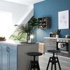 cocina con frente sin azulejos y encimera compacta blanca