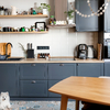 Cocina con mobiliario azul y encimera laminada