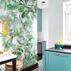 cocina con pared de papel pintado con motivos tropicales