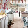 cocina con sillas y accesorios pastel