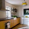 Cocina de luz natural y tonos amarillos