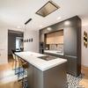 cocina moderna con isla y mobiliario en blanco y madera