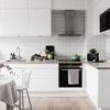 Cocina pequeña en blanco y suelo madera