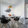 Comedor con suelo porcelánico y ventanas con persianas de lamas