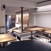 Zona comedor donde la barra se transforma en banco e iluminación ambiental