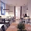 Comedor con entrada abierta y mobiliario de diseño