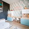 cuarto de juegos con papel pintado y pintura de pizarra en la pared