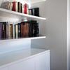 Detalle de la librería y mueble inferior