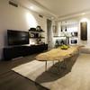 mesa de madera en un salón funcional