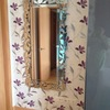 detalle papel con espejo en una de las paredes del dormitorio