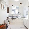 Dormitorio con cama bajo ventana