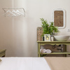 Dormitorio con lavabo incorporado