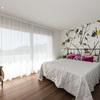Dormitorio con vinilo de flores