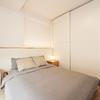 Dormitorio de estilo minimalista y de estilo escandinavo