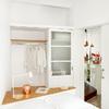 Dormitorio de techos altos blancos