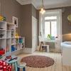dormitorio infantil con estanterías modulares
