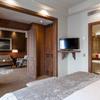 Dormitorio y baño hotel