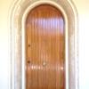 El arco de la puerta principal, también de imitación de mármol