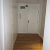 Entrada panelada con armarios