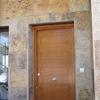Entrada y pared chapada en piedra