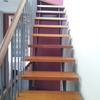 Escalera con pasamanos en hierro y madera