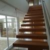 Escalera interior peldaños madera