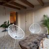 Espacio de descanso con mobiliario de diseño