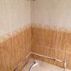 Estado de baño con tuberías de desagüe y grifería