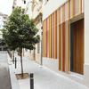 fachada exterior con celosía metálica corredera