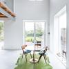 Comedor con alfombra verde