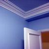 Habitación azul, moldura blanca y puerta lacada en blanco