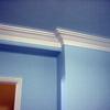 Habitación azul y moldura blanca