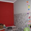 Habitación con combinación de rojo y grises