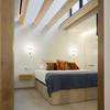 Habitación de madera con doble altura
