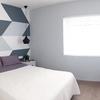 Habitación geométrica con cama de matrimonio