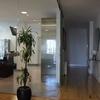 Hall entrada, salon y cocina, tabiqueria de cristal, puertas correderas de cristal