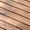 Detalle tarima de madera utilizada en el exterior.