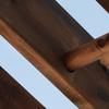 Detalle pérgola de madera con doble pilares de madera,.