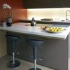 Isla de cocina con taburetes altos