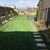 Jardin con cesped artificial