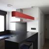La cocina y el pasillo con la puerta al nuevo aseo adicional